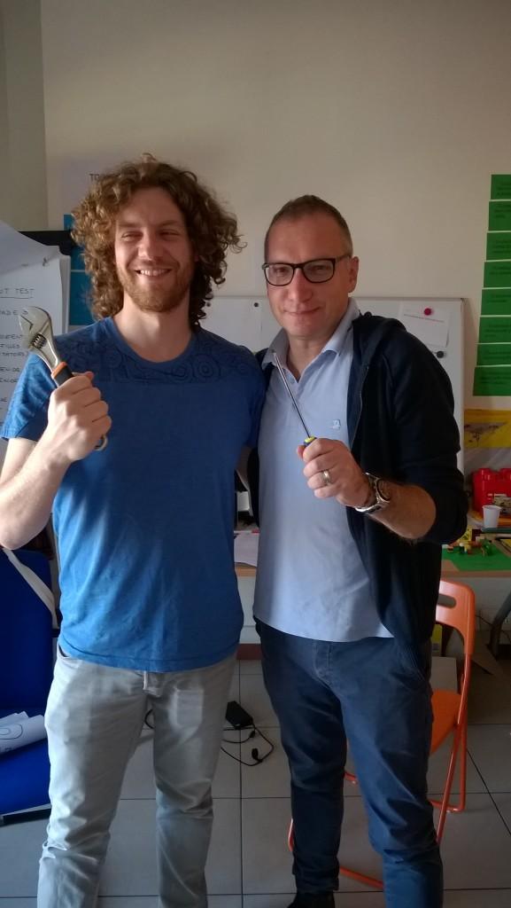 Kouluttajat Rodrigo ja Roberto iloitsivat suomalaisten heille lahjoittamista työkaluista (jakoavain ja ruuvitaltta).