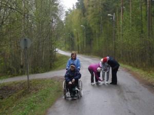 KuuRet55+:n jäsenet osallistuvat aktiivisesti vanhusten ulkoilutuksiin. Kuva Seppo Tahvanainen