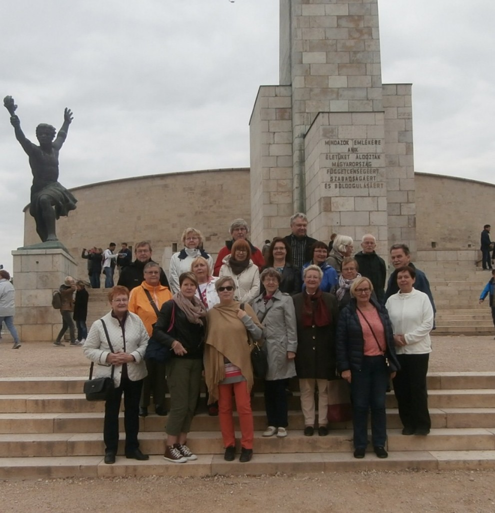 Retkeläiset Vapauden muistomerkillä. Kuva Seppo Tahvanainen