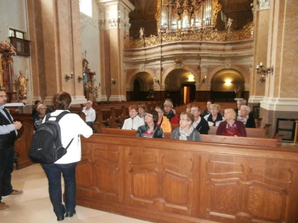 Selostusta Tihanyn kirkon vaiheista kuunneltiin tarkkaavaisina. Kuva Seppo Tahvanainen