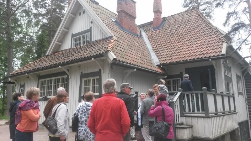 Kuvassa Ainola ja sisäänpääsyä odottavia retkeilijöitä. Kaikki tutustumiskohteena on kuvattu vain ulkoapäin, koska sisällä valokuvaaminen oli kielletty.